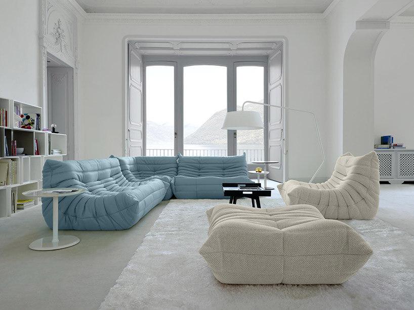 białe wnętrze zdużym niebieskim narożnikiem