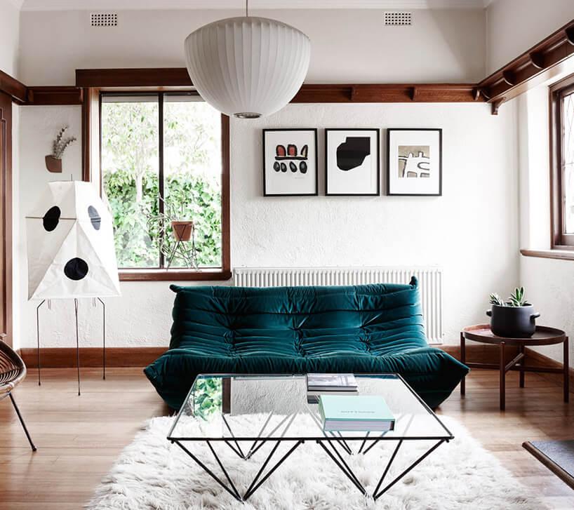 zielona sofa wjasnym salonie