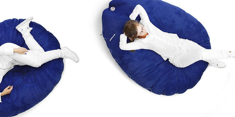 kobieta ubrana na biało leżąca na niebieskim materacu