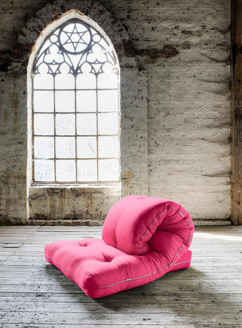 różowy materac złożony jak fotel