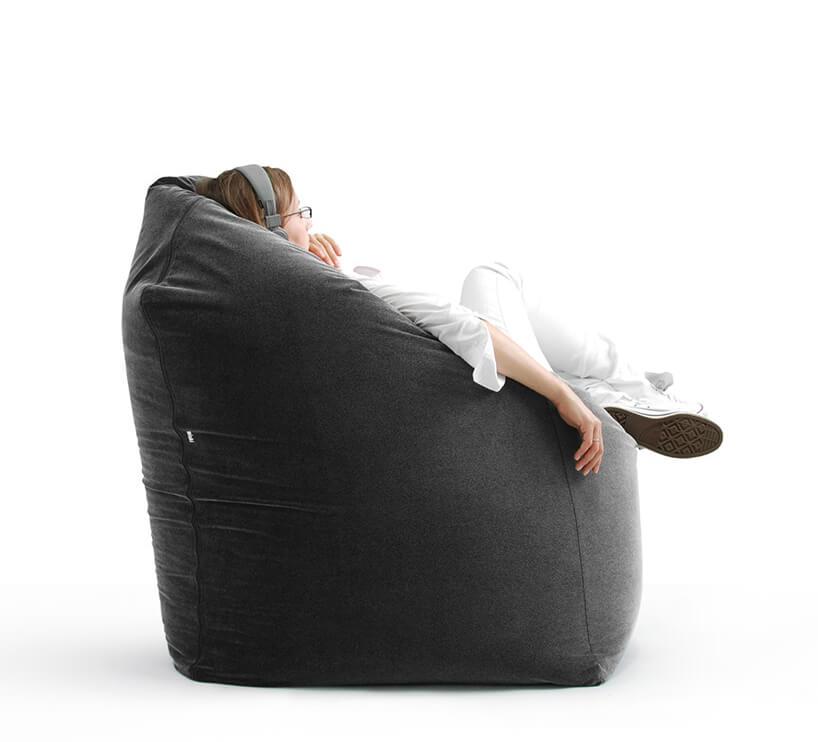 kobieta siedząca wczarnym fotelu