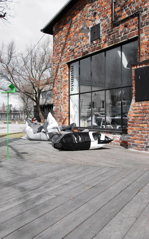 drewniane patio przed ceglanym budynkiem