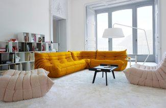 pomarańczowa sofa w białym wnętrzu