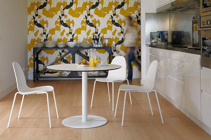 białe krzesła przy stoliku wkuchni formowej