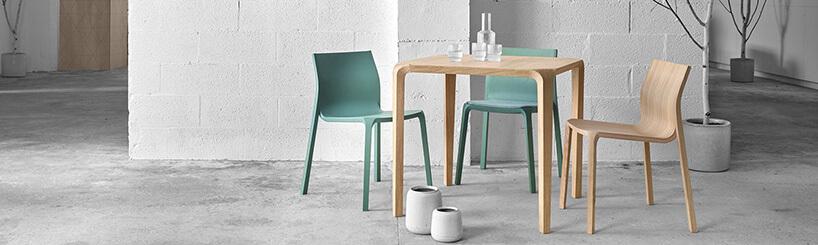 trzy krzesła przy stoliku