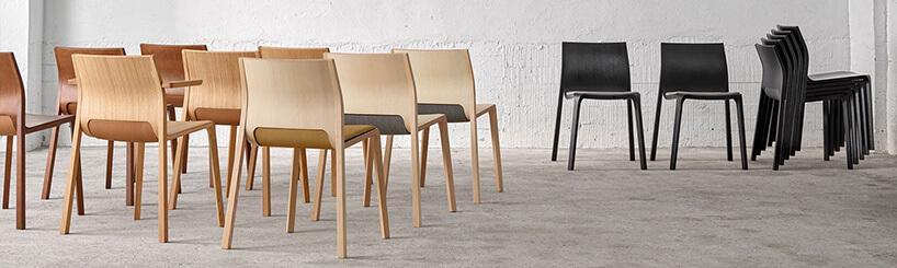 wiele czarnych żółtych krzeseł na sali