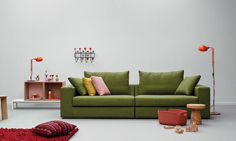 zielona sofa wbiałym pomieszczeniu
