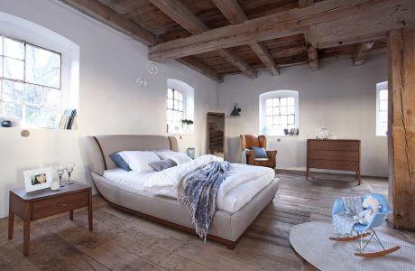 zaaranżowana duża sypialnia z brązowym sufitem
