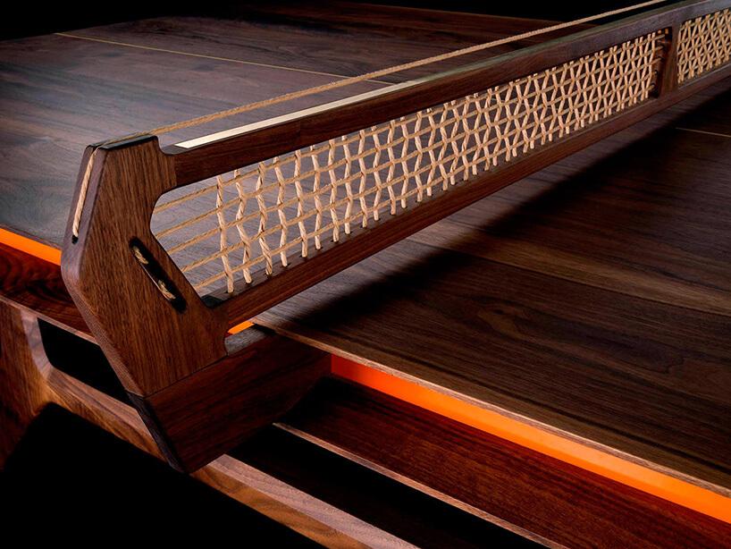 zamocowana siatka na stole do ping-ponga