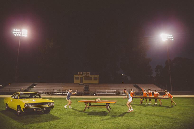 stadion zrozłożonymi stołami do gry