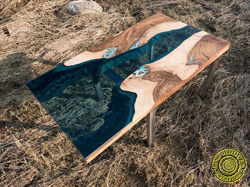 stół wplenerze zblatem zdrewna iszkła
