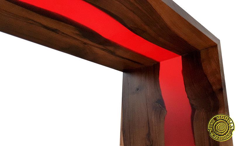 stolik zdrewna zczerwonym akcentem