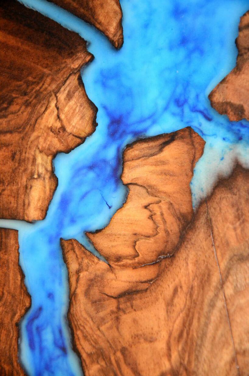 drewniana deska wypełniona niebieską plastikiem