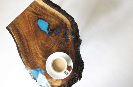 podkładka z deski z korą i elementami niebieskim