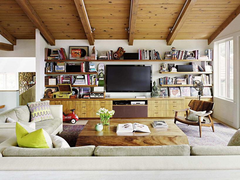 ściana wsalonie za telewizorem