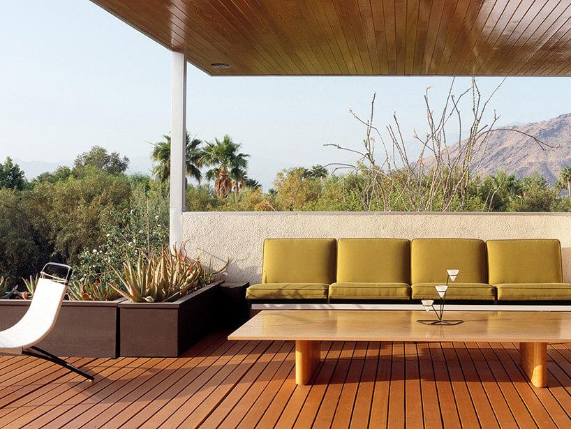 sofa ze stolikiem na patio