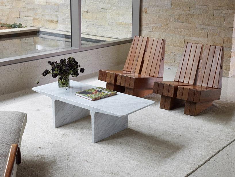 krzesła zdesek przed białym stolikiem
