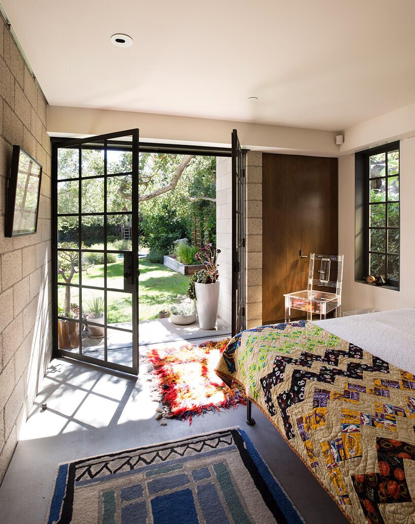 sypialnia gościnna zdużymi drzwiami na ogród
