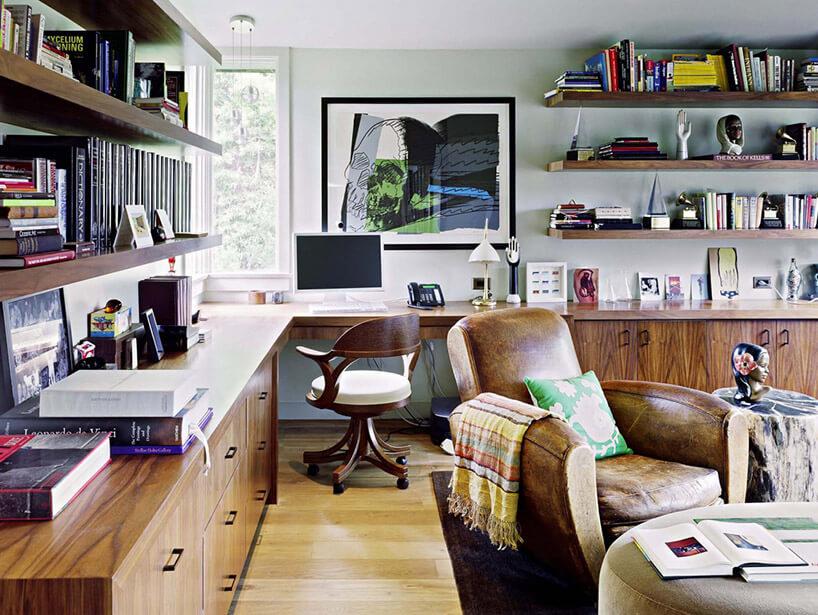 duży pokój przerobiony na miejsce pracy