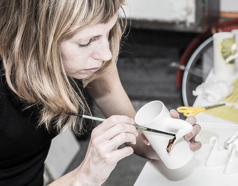 artystka pracująca nad filiżanką