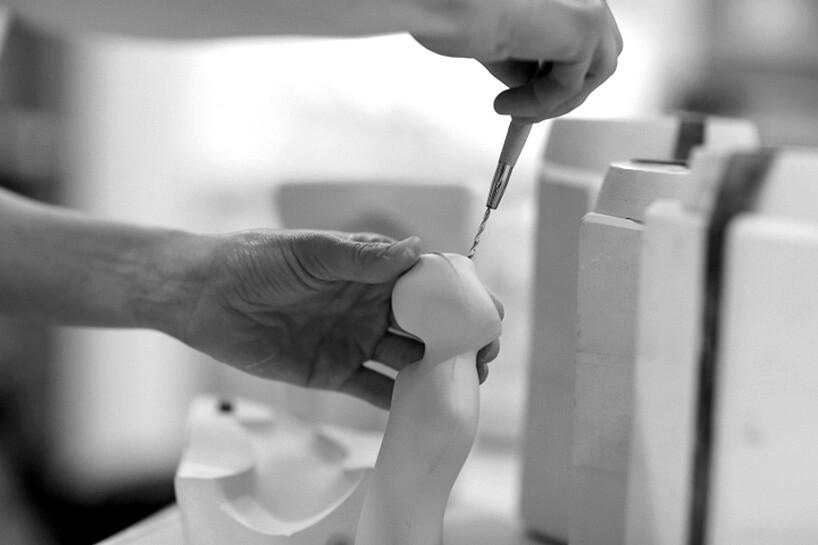 dłonie artystki podczas pracy nad ceramika