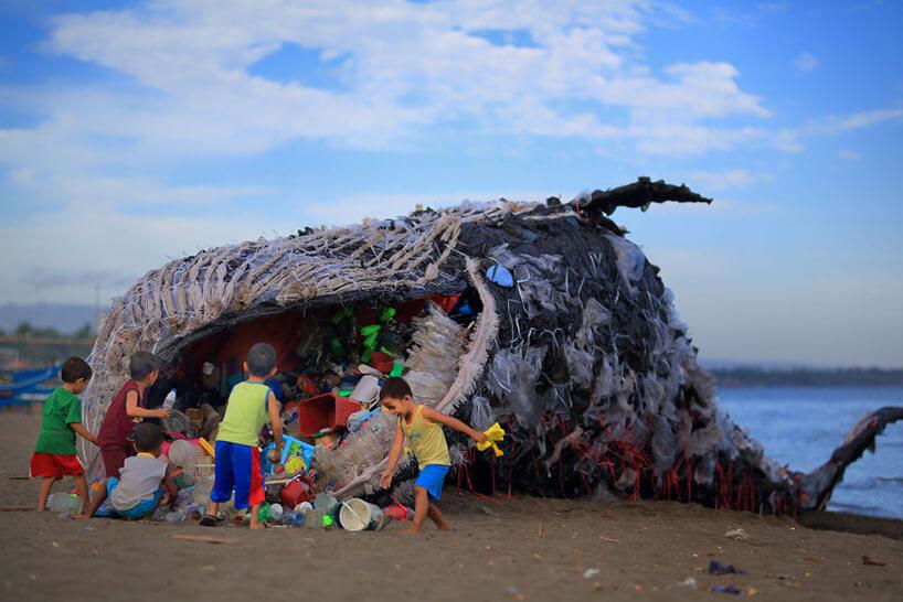 wielki wieloryb zmateriału pełen plastikowych śmieci