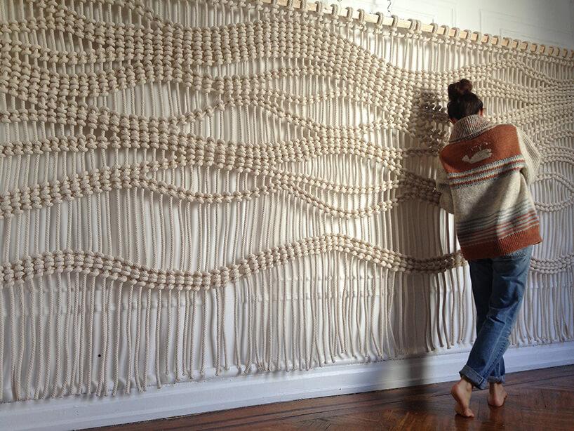 kobieta przy udekorowanej ścianie sznurami