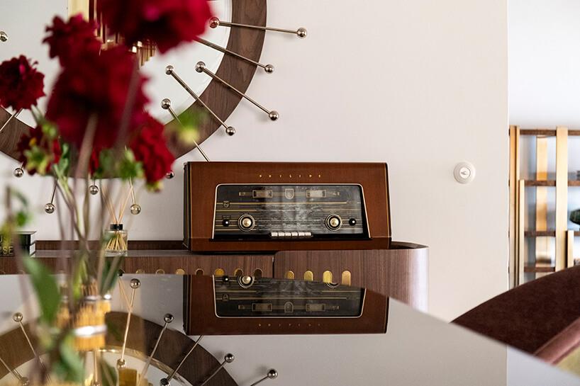 wnętrze wyjątkowego showroom covet valley eleganckie radio wstylu retro wbrązowej komodzie