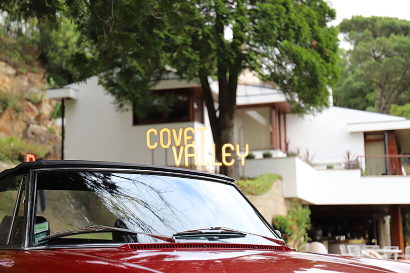 wyjątkowey showroom covet valley zdjęcie czerwonego samochodu na tle neonu Covet Valley