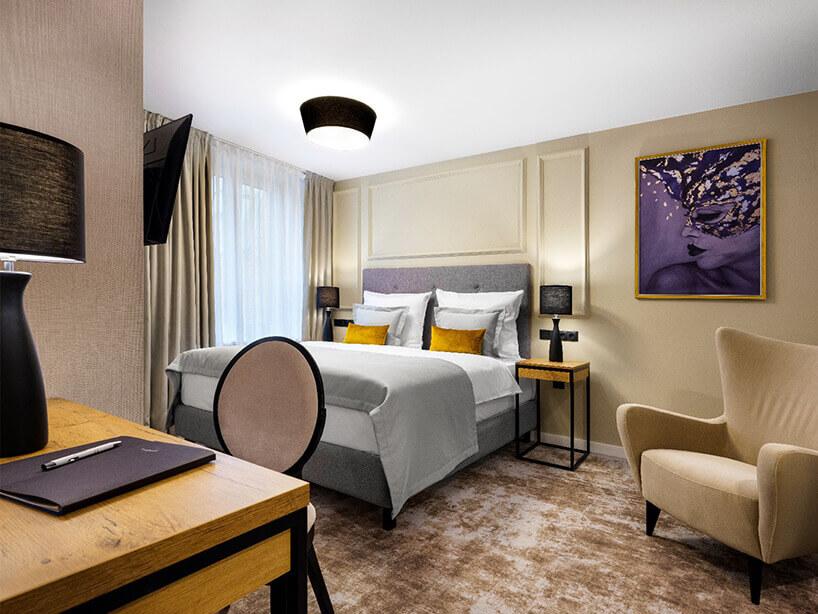 Wawel Queen pokój hotelowy łóżkiem, ifioletowym obrazem na ścianie