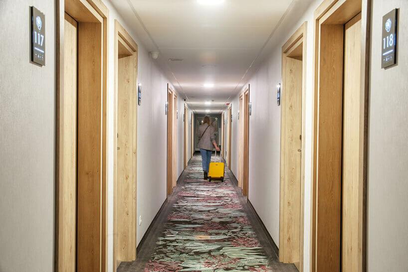 ibis Styles Santorini hotelowy korytarz zdrzwiami do pokoi