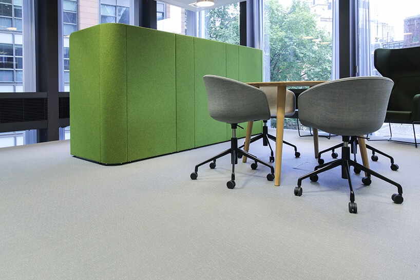 zielony prostokątny klocek obok stolika iszary krzeseł na jasne winylowej podłodze