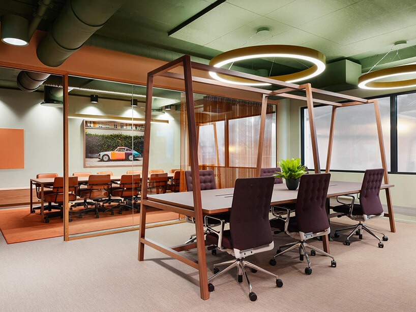 beżowe wykładziny winylowe od 2tec2 wprzestrzeni biurowej zdużymi drewnianymi biurkami