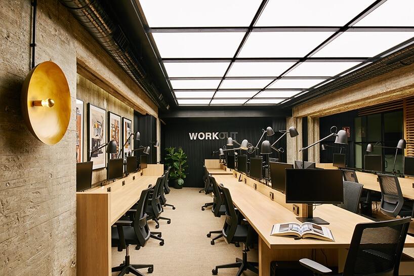żółtaewykładziny winylowe od 2tec2 wprzestrzeni biurowej zdrewnianymi biurkami iczarnymi krzesłami