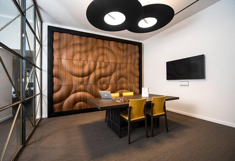 ciemno brązowe wykładziny winylowe od 2tec2 wbiurze zczarnym biurkiem wmałej sali konferencyjnej