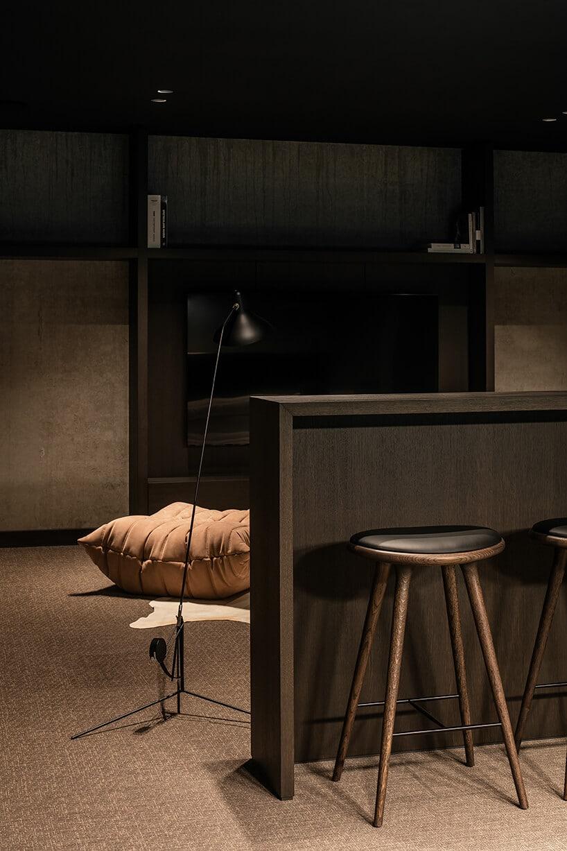 jasno brązowe wykładziny winylowe od 2tec2 wciemnym salonie wwysoką wyspą