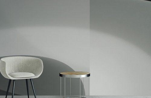 szara aranżacja z fotelem i małym stolikiem na zwycięski projekcie Glamory 2019