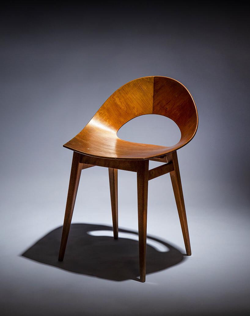 klasyczne drewniane krzesło zzaokrąglonym oparciem na szarym tle