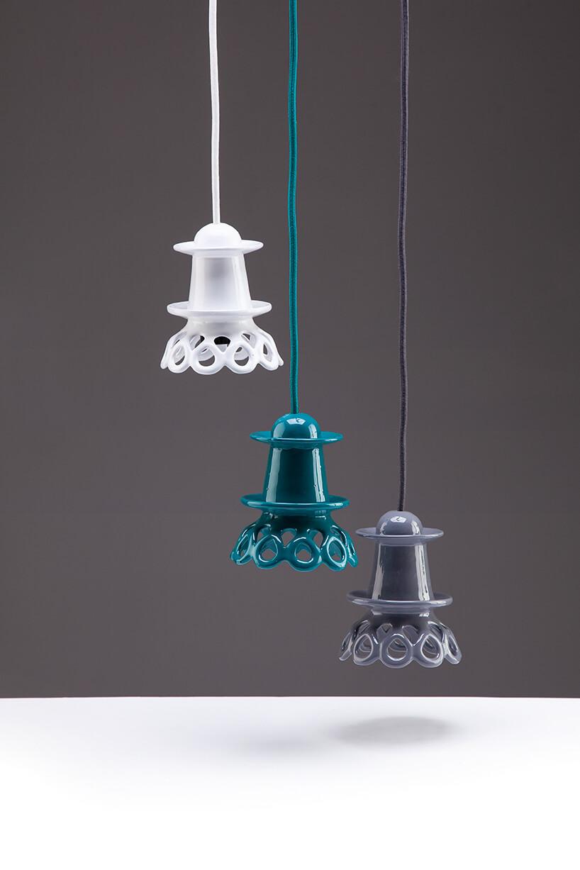 trzy wyjątkowe lampy wiszące wkolorze białym niebieskim ifioletowym