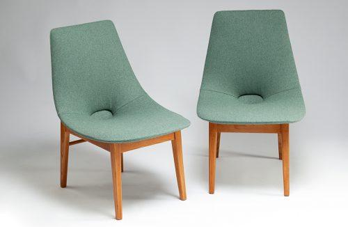 dwa zielone klasyczne krzesła na drewnianych nogach