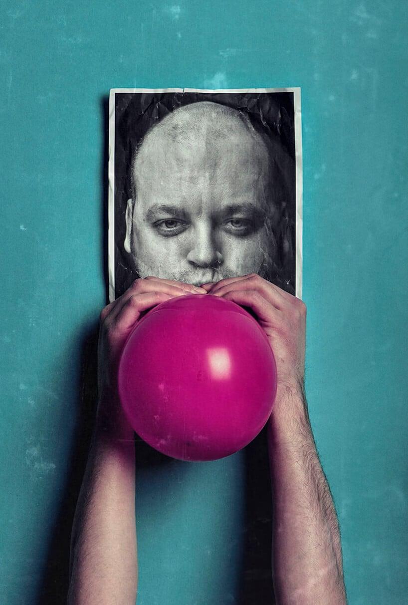 praca Pawła Bajewa zdjęcie mężczyzny zprzymocowanym czerwonym balonem