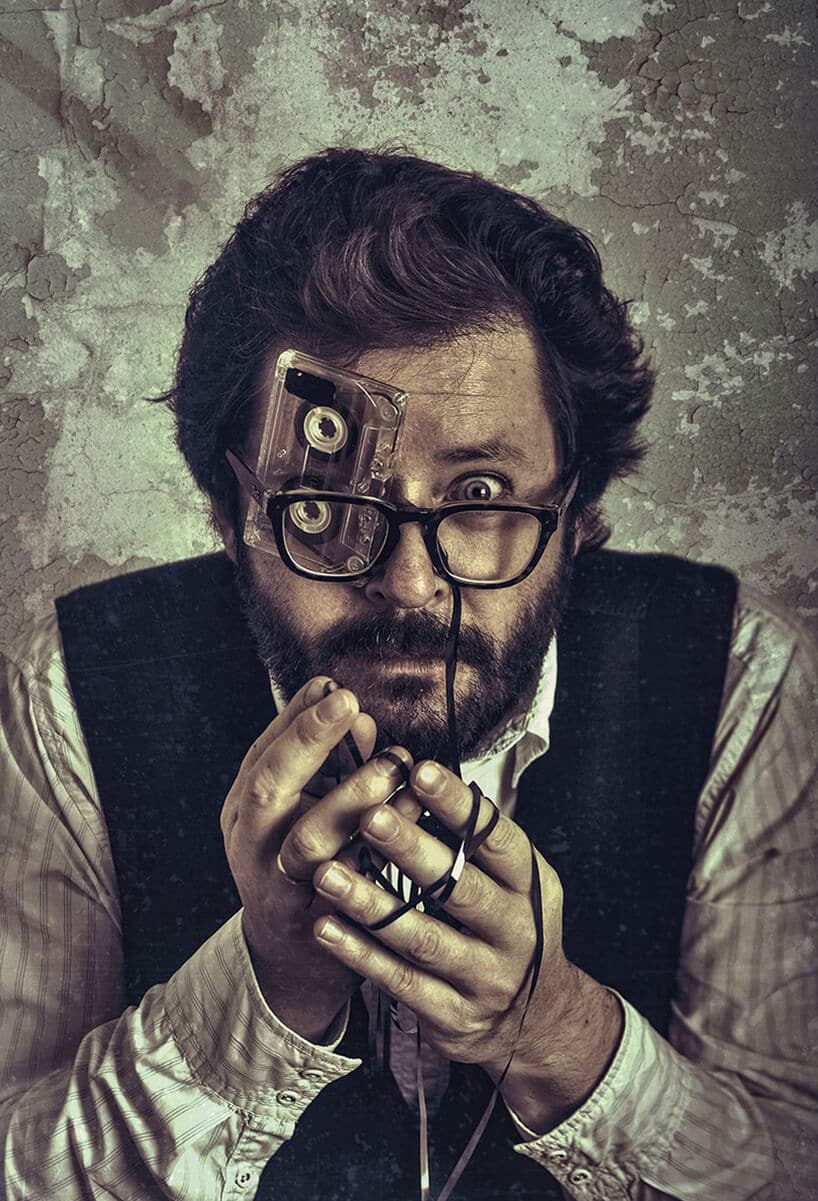 praca Pawła Bajewa zdjęcie mężczyzn zwłożoną starą kasetą magnetofonową za okulary