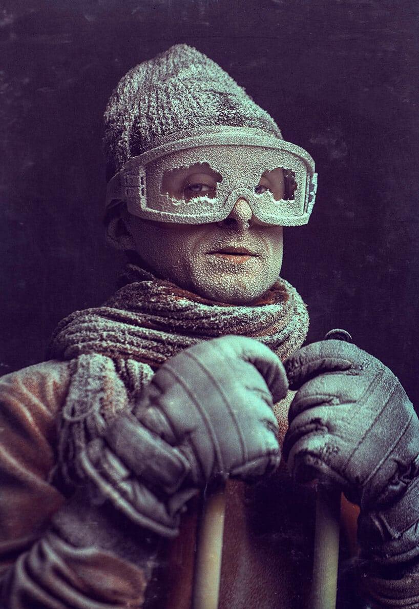 praca Pawła Bajewa zdjęcie mężczyzny wzaszrononej czapce okularach narciarskich szaliku itrzymający kije narciarskie