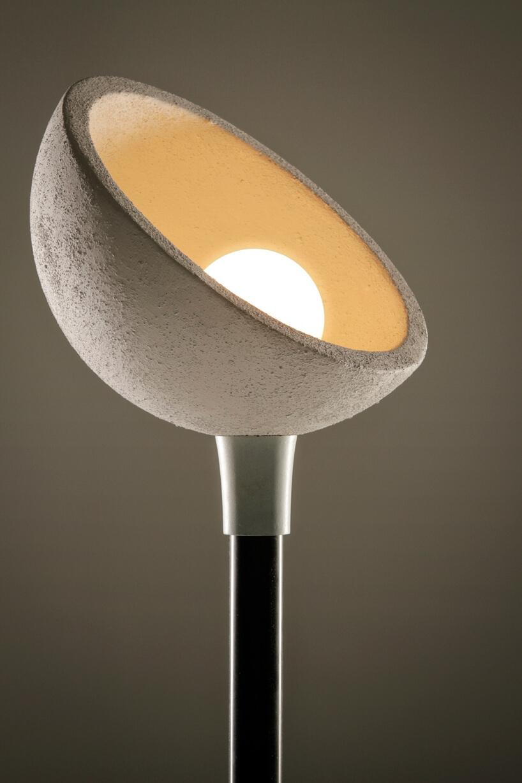 wyjątkowa lampa od That's Caffeine zszarym kloszem kierującym światło do góry