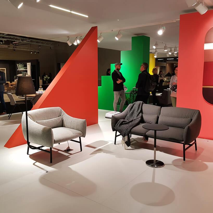 brązowa sofa ibeżowy fotel na stoisku stoisku NOTI/BALMA podczas wystawy IDEAS na Warsaw Home 2019