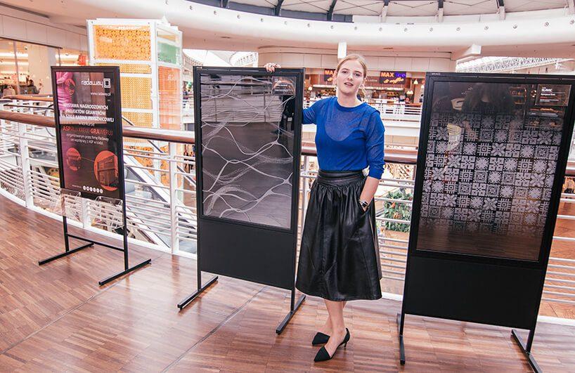 Adriana Kowalczyk zwyciężczyni przy swojej pracy wczarnej gablocie wramach konkursu Radaway