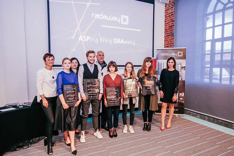 Nagrodzeni studenci wraz zjury iprzedstawicielami firmy wramach konkursu Radaway