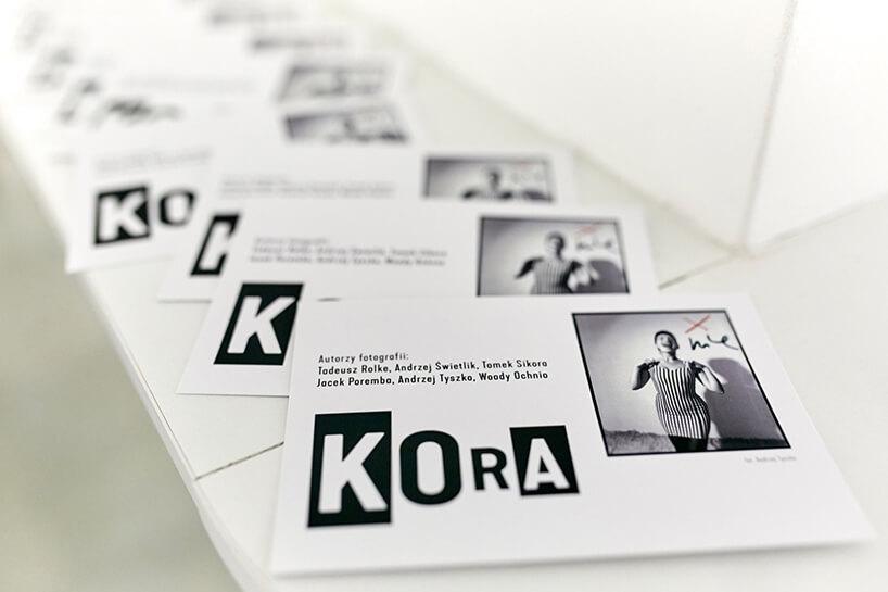 """zdjęcia rozłożonych broszur owystawie """"Kora"""""""