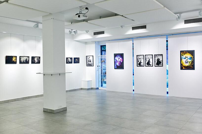 """biała przestrzeń wNey Gallery podczas wystawy zdjęć """"Kora"""""""