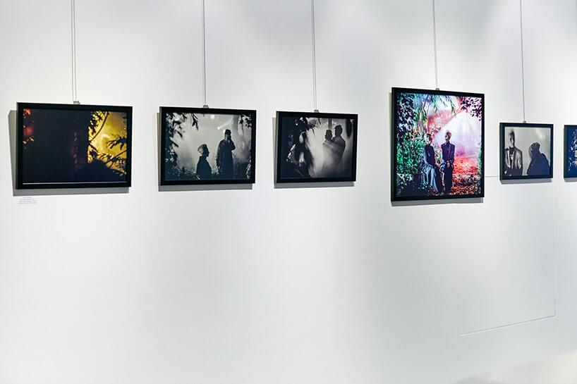 """biała ściana ze zdjęciami na wystawie """"Kora"""""""